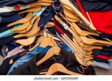 Haufen gebrauchter Kleidung. Wiederverwertung