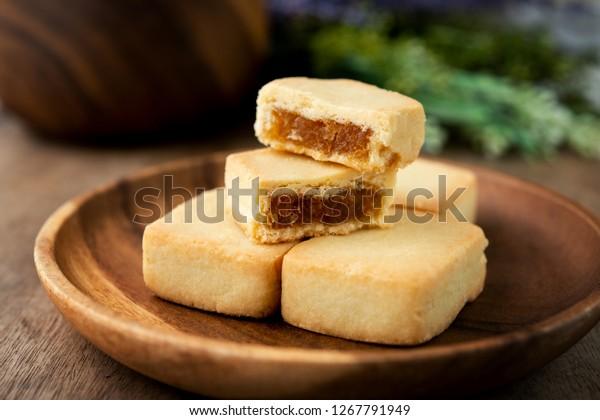 パイナップルケーキは、バター、小麦粉、卵、砂糖、パイナップルジャムを含む、台湾産の伝統的な甘い菓子です。