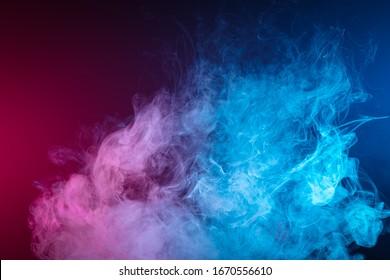 rosafarbene Rauchwolke auf schwarz isoliertem Hintergrund. Hintergrund des Dampfrauchs