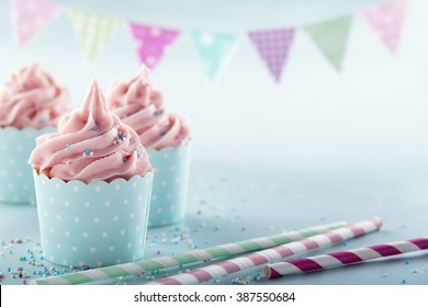 Roze matte cupcakes op lichtblauwe achtergrond