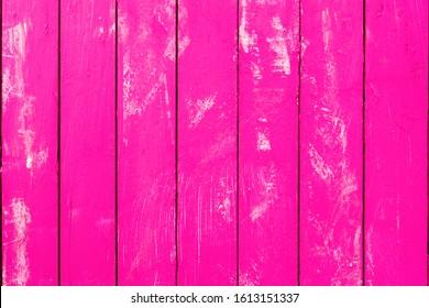 rosafarbene Fuchsienholzhintergrund aus vertikalen Brettern - Farbholzkarton mit weißen Farbskratzen - Bild