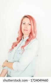 Retrato de mujer de cabello rosa en casa