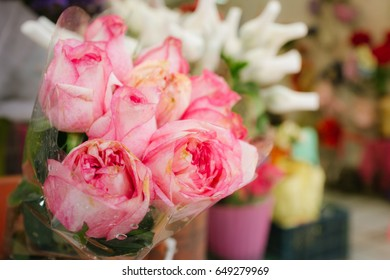 Pink roses bouquet is waiting to be purchased for use in various occasions for good things, so that the recipient is happy.