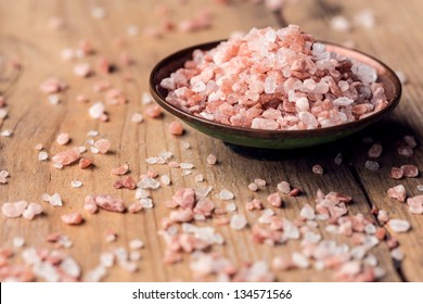 Pink salt from the Himalayas in a bowl on wooden table