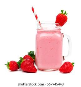 smoothie aux fraises roses dans un verre de pot de mason avec paille et baies éparses isolées sur blanc
