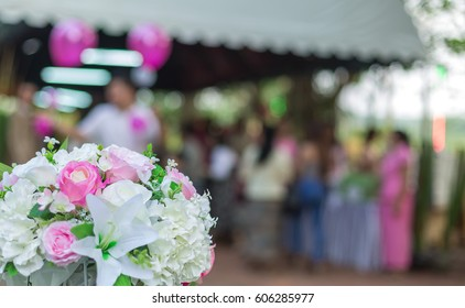 Pink, white and yellow roses are beautiful bouquets laid on grassy greens that are beautifully cut, suitable for placing messages that represent love.