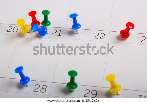 Pinnen op een schone kalender. Planning van evenementen