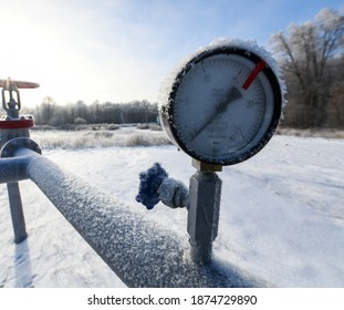 Pipeline Manometer Oil pressure gauge shows 0 ATM (Max 15 Bar - red line) in frost. Oil pumpjack winter work. A pumpjack is the overground drive for a reciprocating piston pump in an oil well.