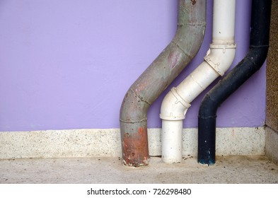 Pipeline system for indoors building, this image display the gray pipe, white pipe and black pipe on violet wall.
