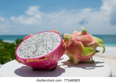 Pitaya Fruta Tropical Con Fonde De Stock Photo Edit Now 771681700