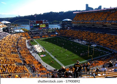 PITTSBURGH - OCTOBER 26: The New York Giants and Pittsburgh Steelers warm up on the field before their game at Heinz Field October 26, 2008 in Pittsburgh, PA