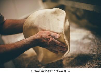 Pizza Art. Der Prozess der Pizza-Herstellung