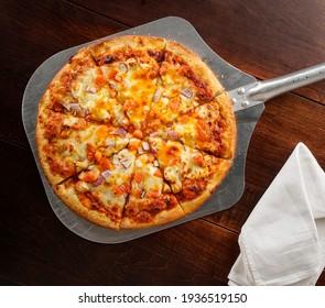 Pizza auf Pizzaschale, Draufsicht