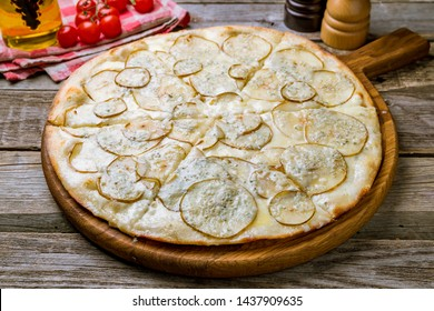 Pizza with pears and Gorgonzola cheese
