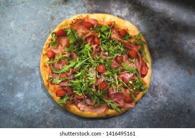 Pizza prosciutto di Parma with rucola