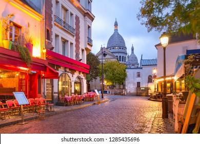Der Place du Tertre mit Tischen Café und Sacre-Coeur am Morgen, Viertel Montmartre in Paris, Frankreich