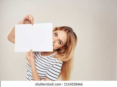 place a free woman holding a white sheet of paper