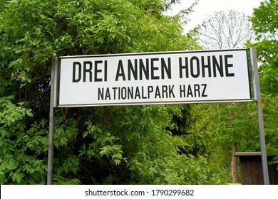 Namensschild auf einem Bahnsteig im Nationalpark Harz