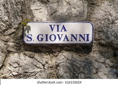 Place name signboard indicating Saint John Street in an Italian village