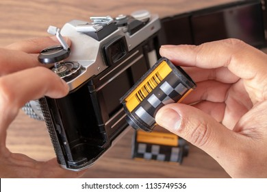 Placing a 35mm film to an analog camera manually