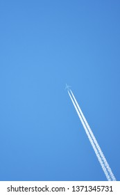 The plane in the blue sky is moving. Do not fast until the water vapor occurs