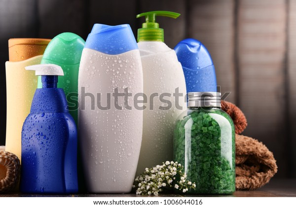 Plastikflaschen mit Körperpflegeprodukten und Kosmetikprodukten.