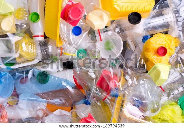 Bouteilles et récipients en plastique préparés pour le recyclage