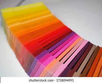 Plastikfarben-Armbanduhren-Buch. Beispielfarbenkatalog für Kunststoffprodukte. Farbleitbuch. Farbpalette. Farbschattierungstabelle. Warme Farben