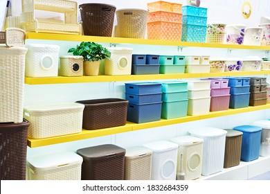 Conteneurs en plastique dans le magasin des articles ménagers