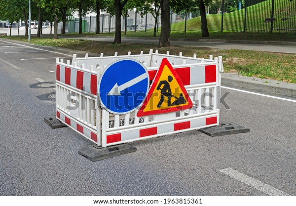 plastic-fence-warning-signs-during-600w-