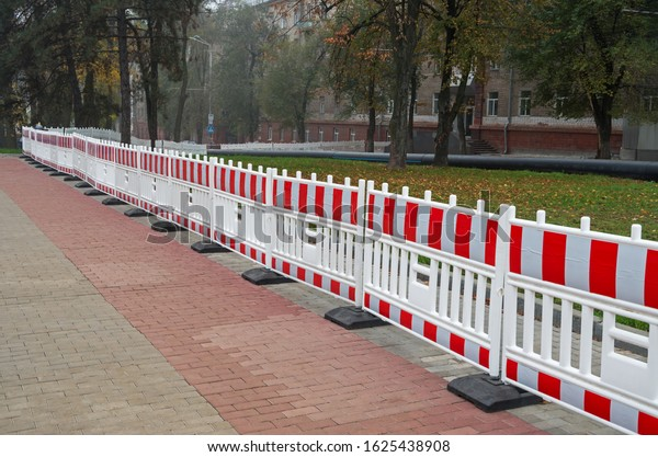 plastic-portable-barrier-fencing-hazardo