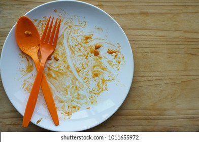 Plate of food stains After eating food, dishes have not been cleaned.