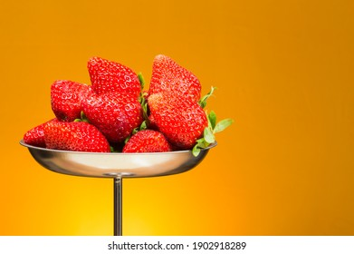plate-fresh-strawberries-on-yellow-260nw