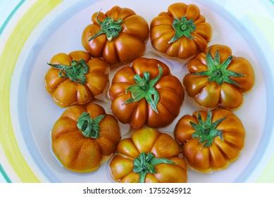 Platte mit reifen Tomaten ein Lebensmittel Sizilien und von mediterranem Salat typische Zutat