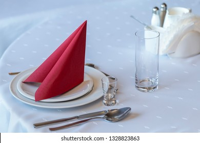 Plates, cutlery, glasses and napkins