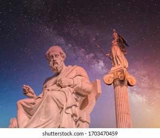 Plato, der antike griechische Philosoph und Athena goddess Marmor Statuen unter einem dramatischen Nachthimmel voller Sterne
