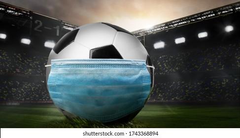 Spielen Sie sicher. Fußball oder Fußball mit Maske auf dem Stadion während des Ausbruchs von Coronavirus.
