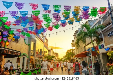 PLAYA DEL CARMEN, QUINTANA ROO/ MEXICO 22/11/2018. Tourist walking at the fifth avenue