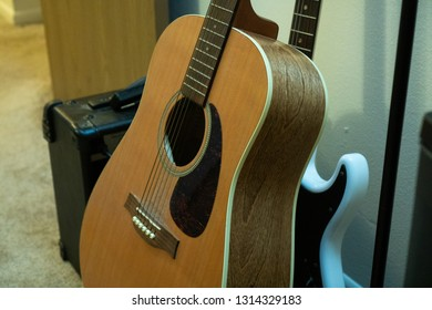 playing acoustic versus electric gutar
