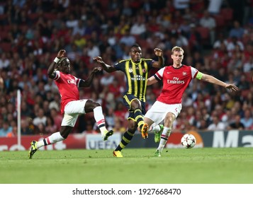 Playing against Arsenal in the Emirates Stadium Champions League on August 27, 2013, Fenerbahçe was defeated 2–0. (L) Bacary Sagna, Emmanuel Emenike, Per Mertesacker