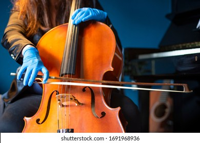 Playing the cello with protective gloves