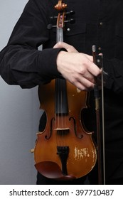 playing the violin close-up