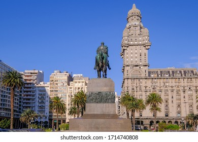 Plaza Independencia Square with the funerary monument of General Jose Gervasio Artigas and the Palacio Salvo in the background, Montevideo, Uruguay, South America