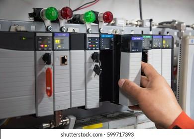 PLC programmierbarer Logiksteuerer, Dieses Bild zeigt die Verbindung von Kabelsteckern während der technischen Wartung