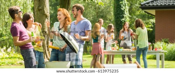 Angenehmes Treffen geliebter Freunde am Grill