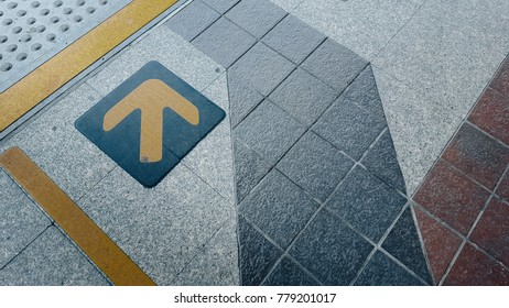Please stand behind the yellow line.The yellow line symbol indicates the alarm. Platforms on BTS Station.