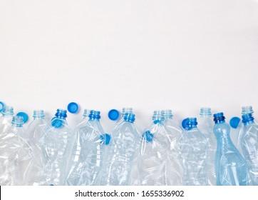 Plein de bouteilles en plastique sur fond blanc avec place pour copie