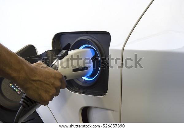 Collegare il caricabatterie Accesso all'elettrificazione del veicolo.