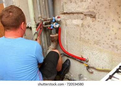The plumber assembles a new water connection to the sink.