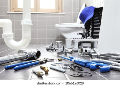 Klempnerwerkzeuge und -ausrüstung in einem Badezimmer, Reparatur der Klempnerarbeiten, Montage und Installation des Konzepts
